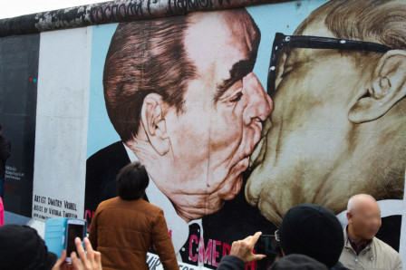 East side gallery : The Kiss